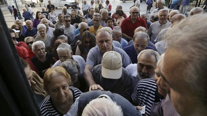 aposentados-aguardam-em-fila-de-banco 2
